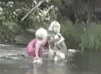 """""""아빠 나 물고기 잡았어!""""<br>월척을 낚아온 딸내미"""