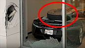 쇼룸 유리창 깨고 날아와<BR>3억짜리 맥라렌 덮친 타이어